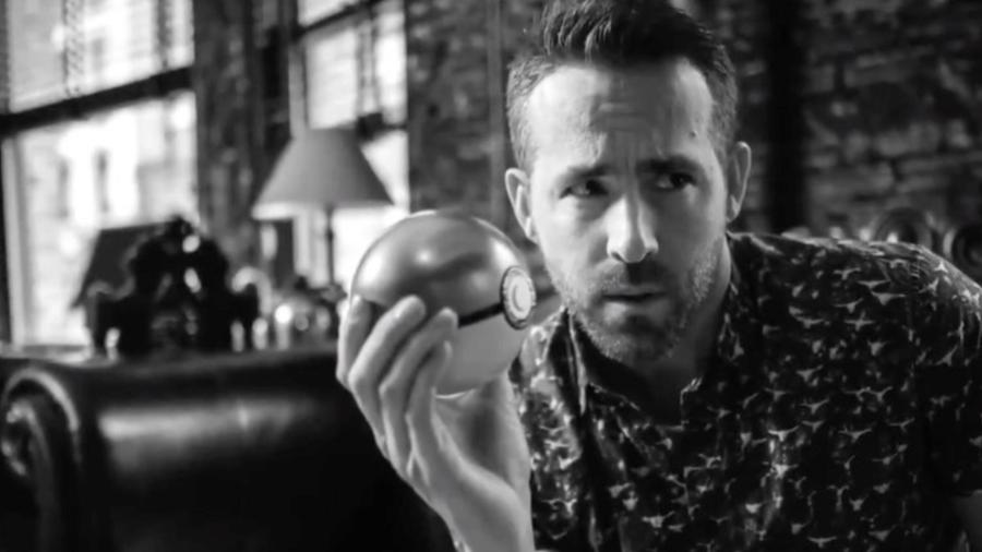 """Ryan Reynolds com uma pokébola no teaser de """"Detetive Pikachu"""" - Reprodução/Twitter"""
