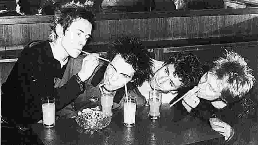 Integrantes da banda inglesa Sex Pistols em foto de 1977 - Reprodução