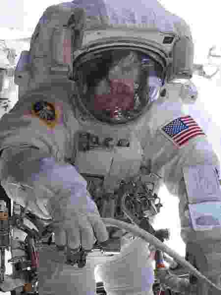 Peggy A. Whitson, que detém o recorde de tempo em órbita, durante uma caminhada espacial - Nasa