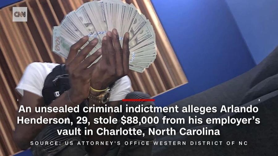 Arlando Henderson publicava fotos com pilhas de dinheiro na mão - Reprodução/CNN