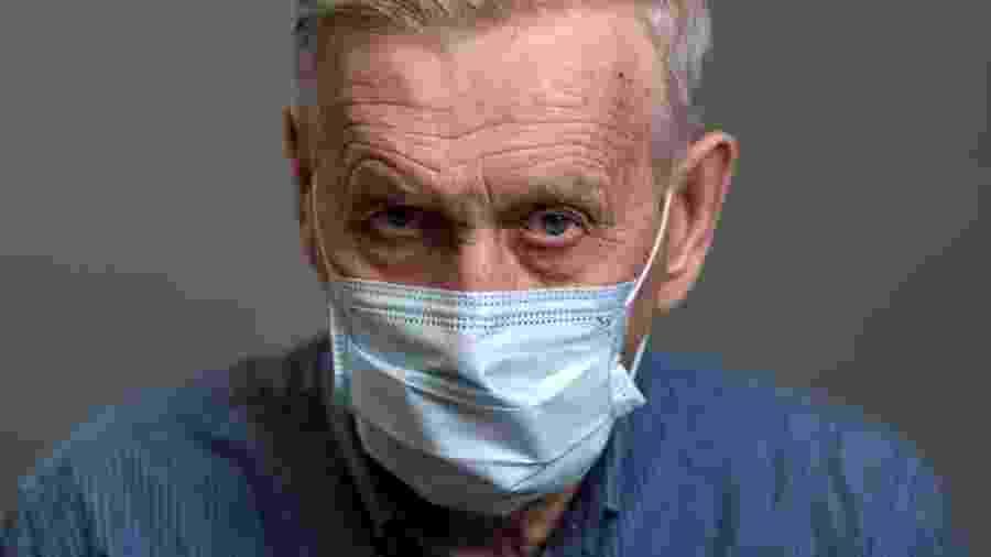Imagem meramente ilustrativa de idoso com máscara - Timofey Zadvornov/iStock