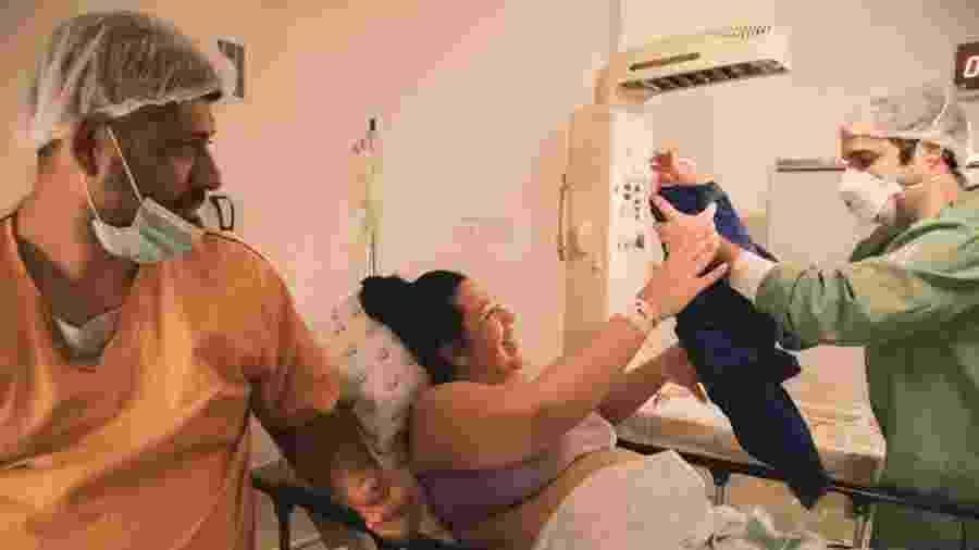 Carol Braga recebe a filha Stella após testar negativo para o coronavírus - Fiorello Films/Divulgação