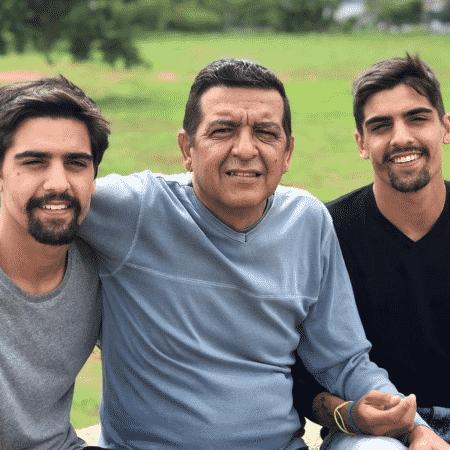 Primos de Alok, João Paulo e João Vitor, abriram vaquinha para custear tratamento do pai, que sofre de demência - Reprodução/Instagram/@jvscalonn