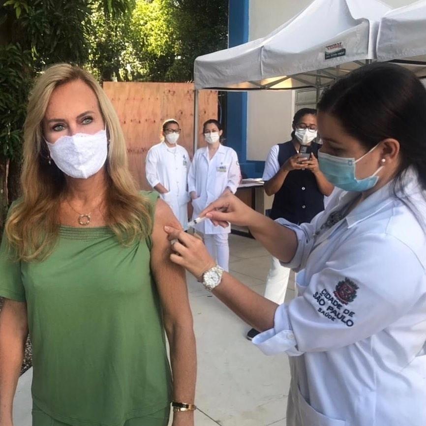 Helô Pinheiro toma vacina da covid-19 - Reprodução/Instagram