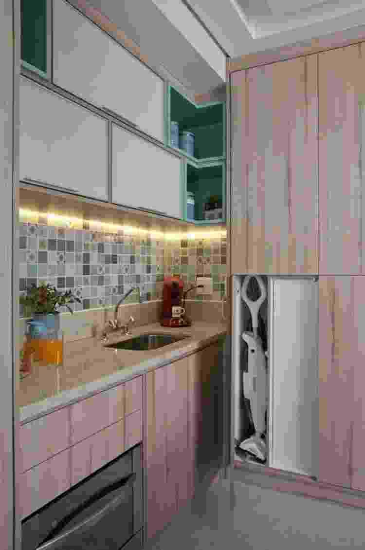 Com o advento do LED, o azulejo dessa cozinha alçou destaque com a fita embutida na marcenaria - Luis Gomes - Luis Gomes