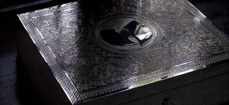 """Parece a case que acondiciona a máquina do tempo da série """"Dark"""", mas é só uma caixinha de CD - Reprodução"""