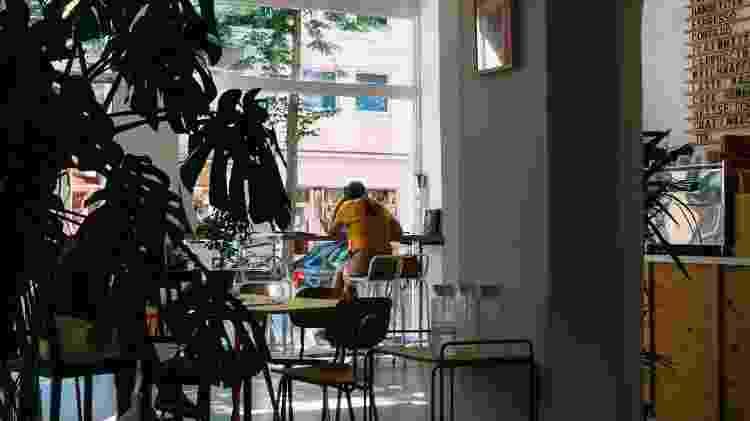 restaurante, bar, mulher sozinha em restaurante - Unsplash - Unsplash