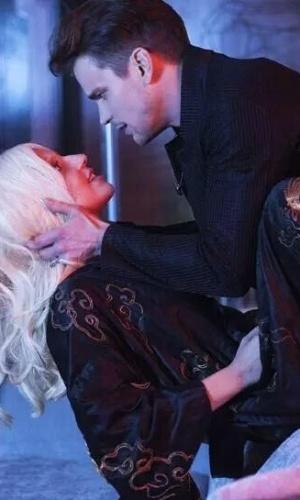 """Lady Gaga sensualiza com o ator Matt Bomer em foto de """"Hotel"""", a nova temporada de """"American Horror Story"""""""