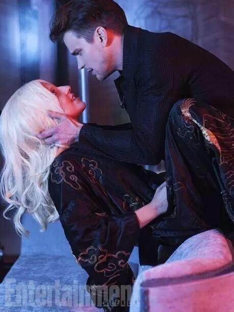 Lady Gaga sensualiza com o ator Matt Bomer em foto de