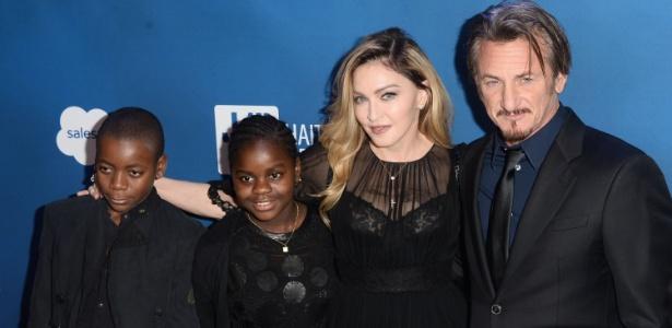 Madonna e Sean Penn posam com os filhos da cantora, David e Mercy, em evento beneficente promovido pelo ator - Matt Winkelmeyer/Getty Images