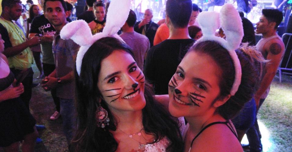 5.fev.2016 - As coelhinhas amigas curtem a festa no Jockey Clube