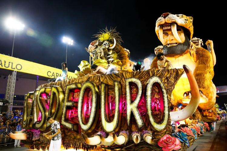 6.fev.2016 - Rosas de Ouro foi a quarta escola de samba a entrar no Anhembi na madrugada deste sábado. O abre-alas mostra o homem primitivo, que transferiu as marcas que fazia nas paredes da caverna para a própria pele