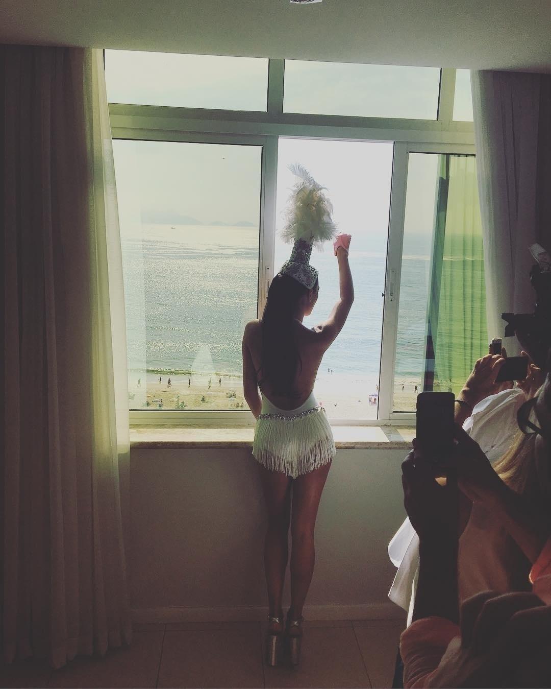 6.fev.2016 - Isis Valverde publicou uma foto de costas, observando da janela do hotel o Bloco da Favorita, em Copacabana. O corpo da atriz foi elogiado por seguidores.