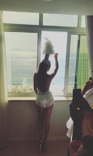 """6.fev.2016 - Isis Valverde publicou uma foto de costas, observando da janela do hotel o Bloco da Favorita, em Copacabana. O corpo da atriz foi elogiado por seguidores. """"A mais gata do planeta"""", comentou uma fã"""