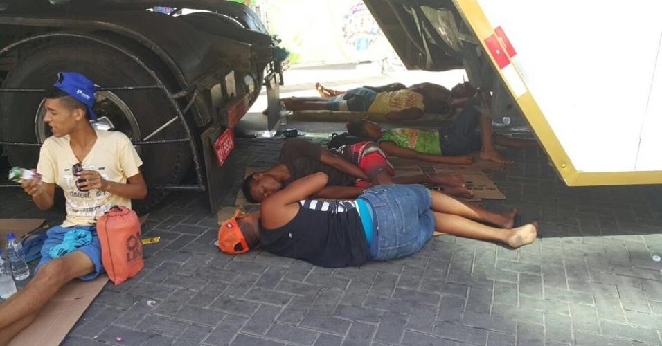 9.fev.2015 - Cordeiros dormem nas ruas do centro de Salvador entre a passagem de um bloco e outro