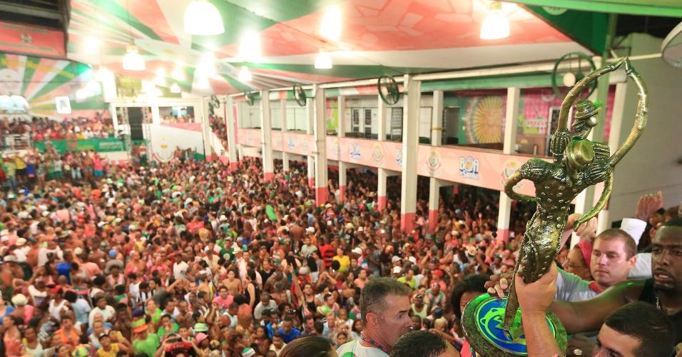 10.fev.2016 - O troféu de campeã do Carnaval 2016 do Rio de Janeiro chega à quadra da Mangueira, na região central da cidade. A comunidade comemora o fim de um jejum de 14 anos sem títulos