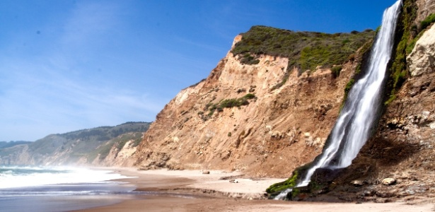 O encontro da cachoeira com a praia fica a 50 km da cidade de San Francisco - Brandon Levinger/Creative Commons