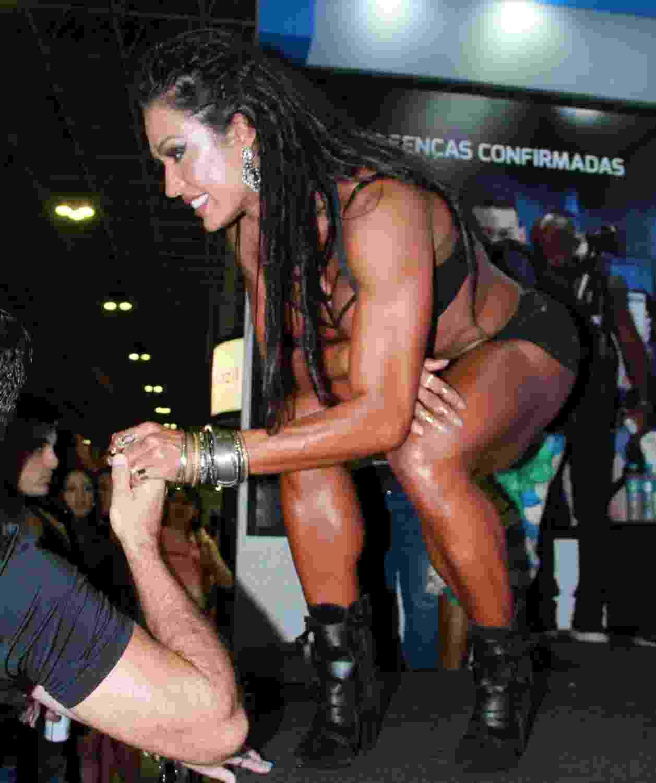"""A modelo Gracyanne Barbosa desfilou e exibiu os músculos para o público presente na feira """"Arnold Classic Brasil"""", na Barra da Tijuca, no Rio de Janeiro - Graça Paes/Brazil News"""
