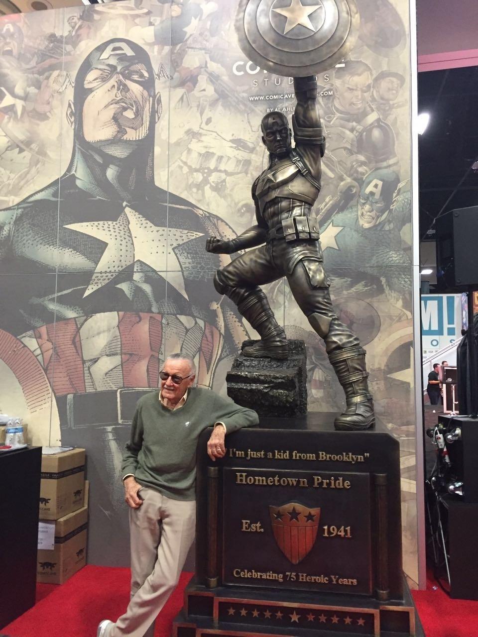 24.jul.2016 - Stan Lee passeia pelo estande da Marvel durante a San Diego Comic-Con 2016