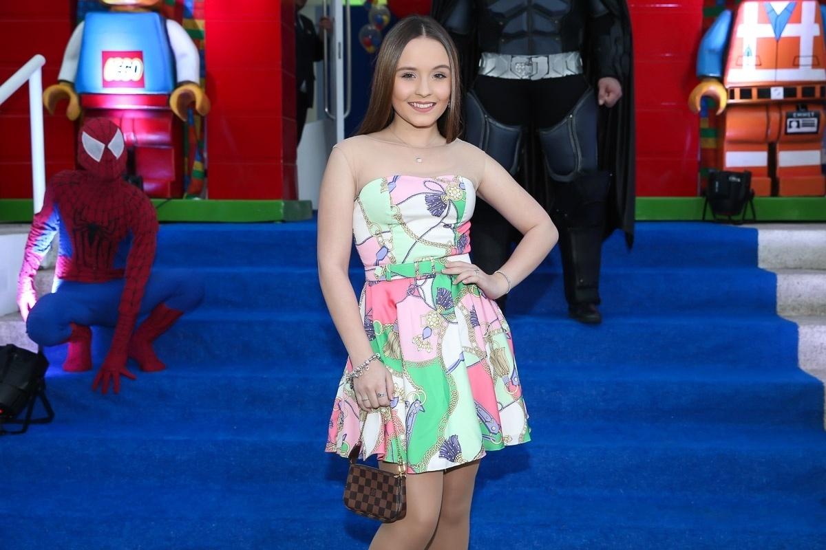 13.ago.2016 - Larissa Manoela, estrela de Carrossel, chega para a festa de 5 anos do pequeno Arthur, filho de Eliana, em um buffet de São Paulo