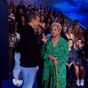 """29.out.2016 - Dona Geralda, que estava na plateia do complexo aquático, local onde são realizadas as provas do quadro """"Saltibum"""", pediu a Luciano Huck para que lhe deixasse saltar - Reprodução/TV Globo"""