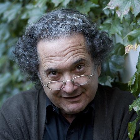 30.abr.2008 - O escritor argentino Ricardo Piglia posa para foto em sua casa no bairro de Palermo, em Buenos Aires - Roberto Pera/Folhapress