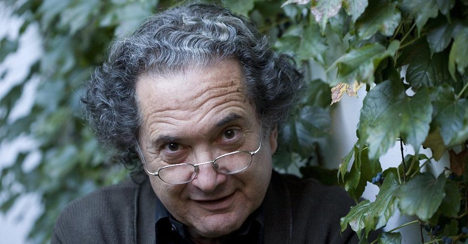 30.abr.2008 - O escritor argentino Ricardo Piglia posa para foto em sua casa no bairro de Palermo, em Buenos Aires