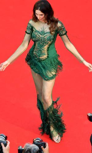 Ousada, a atriz francessa Frederique Bel chama atenção ao chegar na abertura do Festival de Cannes com vestido londo transparente