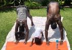 Casal faz ioga com interferência muito fofa de filho bebê - Reprodução/Instagram