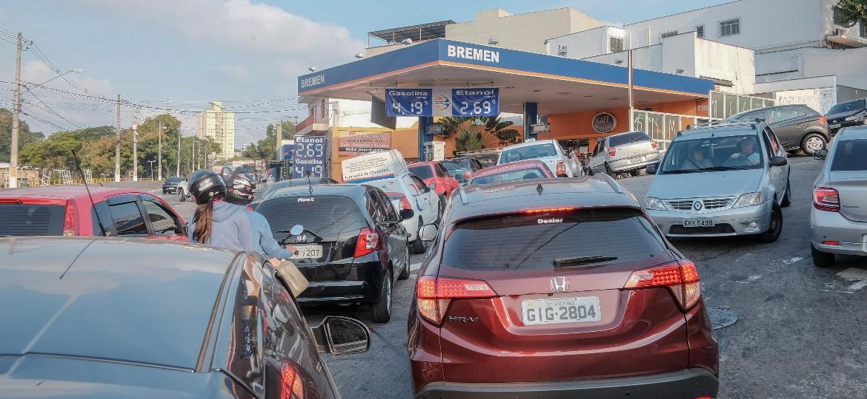 Fila de carros em posto de combustível da zona sul de São Paulo (SP), impulsionada pela disparada de preços e pelo risco de escassez devido à greve dos caminhoneiros - Nando Matheus/raw-image/Folhapress