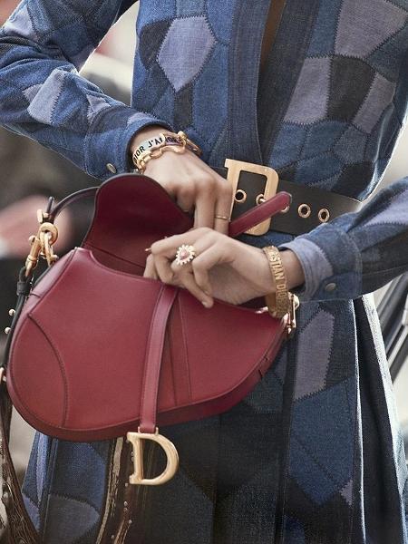b9b2cd32a Dior relança icônica bolsa Saddle com grande campanha no Instagram ...