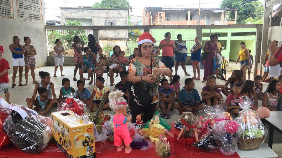 Dora na comunidade durante a entrega das bonecas - Acervo pessoal