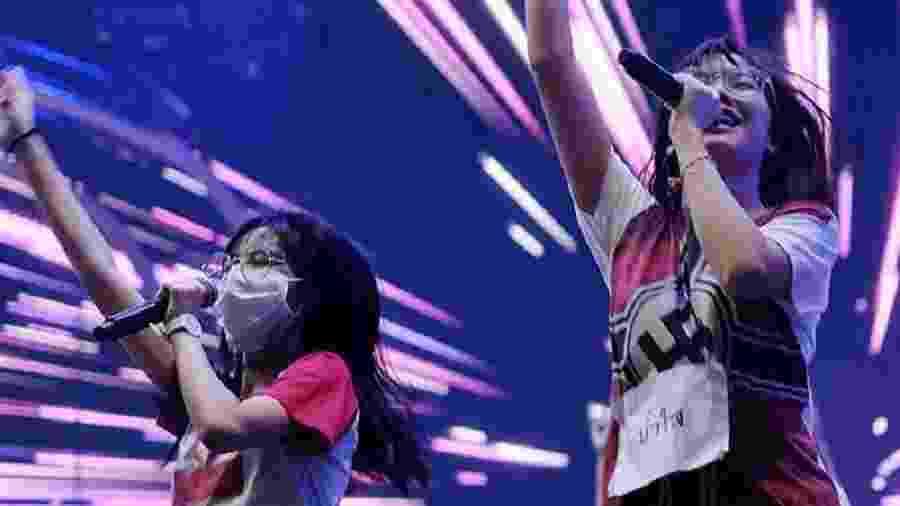 """Pichayapa """"Namsai"""" Natha, de 19 anos, integrante da """"girl band"""" BNK48, veste camisa com símbolo nazista - True ID TV/Reprodução"""