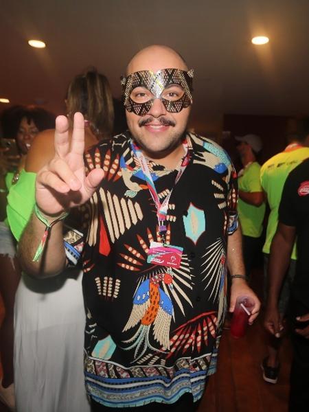 O ator Thiago Abravanel surgiu com um look colorido e usando uma máscara no camarote Expresso 2222, no Carnaval de Salvador - Wesley Costa/Ag News