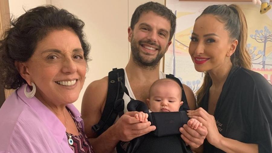 """Zoe pronta para passear com o pai, Duda Nagle, em uma """"mochilinha"""" de bebês - Reprodução/Instagram"""