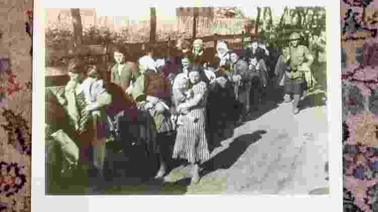 """Yona reconheceu o foto da mulher de preto, à esquerda, quando viu essa foto no Museu do Holocausto em Washington: """"Descobri que é minha tia"""" - Inês Bonduki/UOL"""
