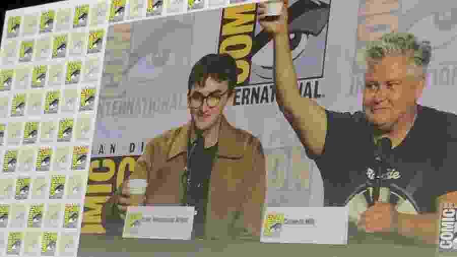 Painel de Game of Thrones na San Diego Comic-Con teve brincadeira com copo de café esquecido em cena - Reprodução/Twitter/GameofThrones