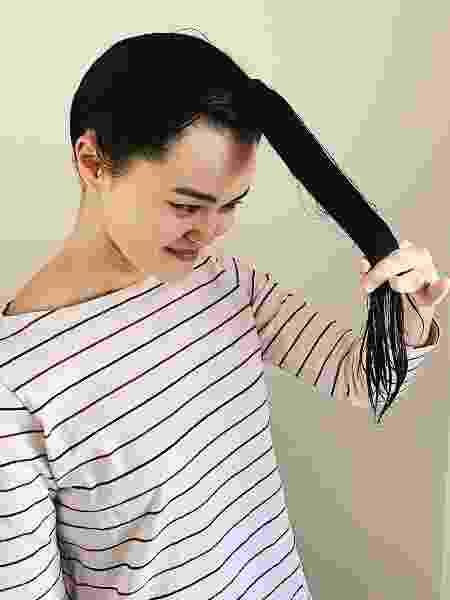 Meça com o indicador e o dedo médio o comprimento que você quer cortar - Aline Takashima/UOL - Aline Takashima/UOL