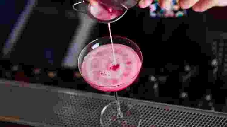 Desde o clássico com cranberry, até variações com morango e raspberry, Cosmopolitan leva suco de fruta - Getty Images - Getty Images