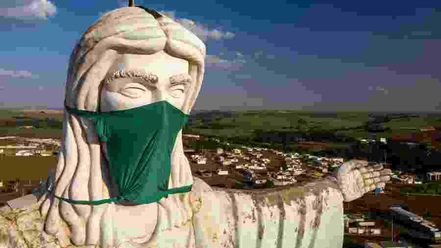 1º.mai.2020 - Cristo de Sertãozinho, cidade no interior de São Paulo, amanhece de máscara; cidade homenageou os profissionais de saúde - Thiago Calil/AGIF/Estadão Conteúdo