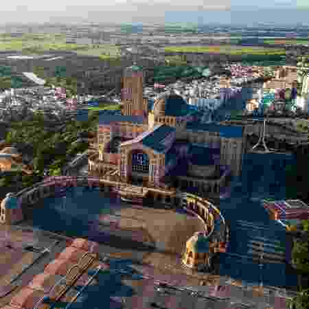 O baixo número de visitantes no Santuário Nacional de Aparecida (SP) afetou diretamente quem depende do turismo para sobreviver - Getty Images