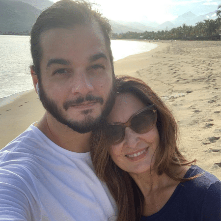 Fátima Bernardes posou em praia com o namorado Túlio Gadelha e falou de recomendações médicas após cirurgia - Reprodução/Instagram/@fatimabernardes
