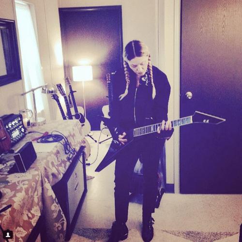 """19.jun.2015 - No meio da madrugada, Madonna pega sua guitarra e treina alguns acordes da canção """"Whole Lotta Love"""", de Led Zeppelin, nesta sexta-feira"""