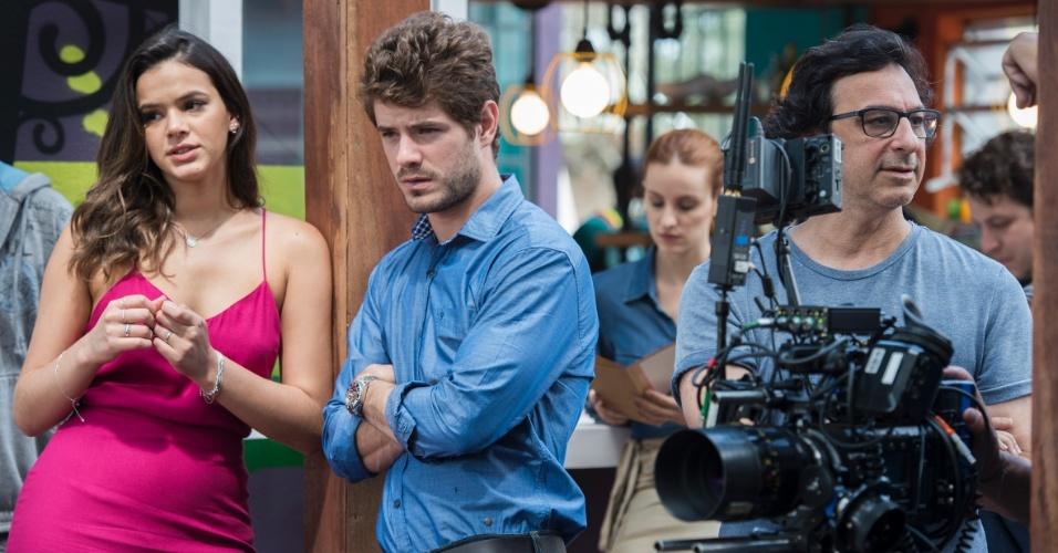 Enquanto diretor e equipe fazem as reposições de câmera, a tarefa dos atores é esperar