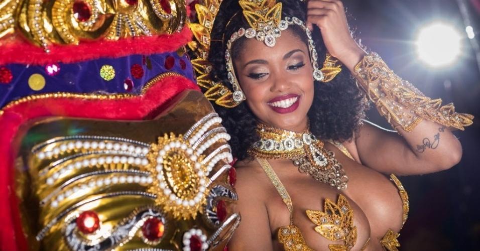 Pamella Gomes, rainha da bateria da Tom Maior, posa para o UOL no barracão da Tom Maior