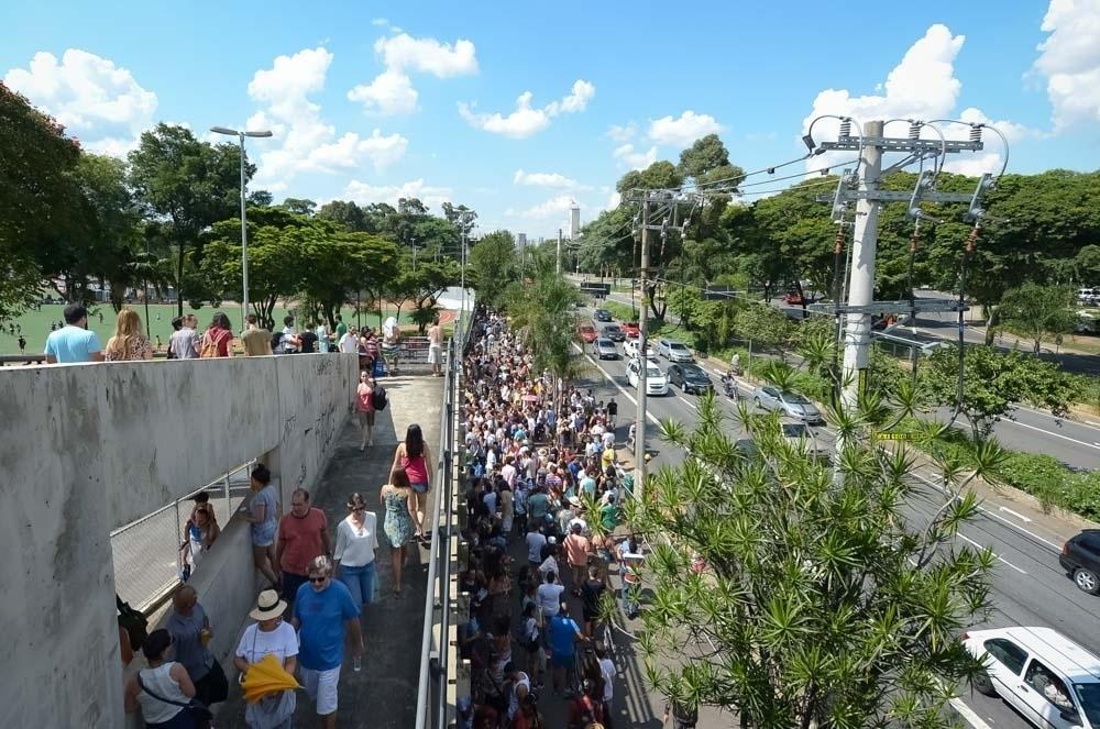 25.jan.2016 - Público chega ao antigo Clube de Regatas Tietê, agora Centro Esportivo Tietê, para show grátis em homenagem ao aniversário de 462 anos da cidade de São Paulo