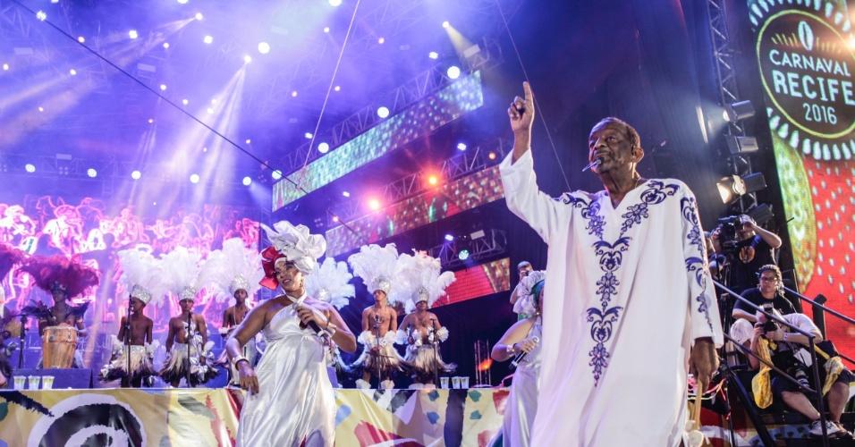 05.fev.2015 - Naná Vasconcelos e Grupo Voz Nagô abrem o Carnaval do Recife no palco do Marco Zero