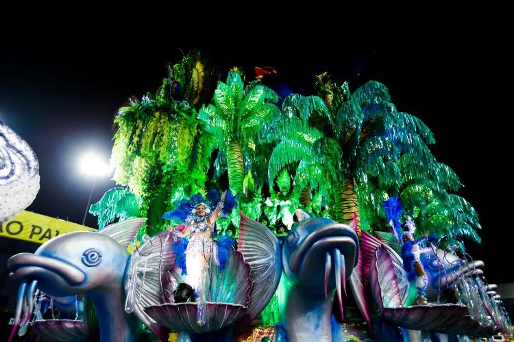 6.fev.2016 - Carro alegórico de Unidos de Vila Maria, segunda escola a desfilar na madrugada deste sábado, celebra a vegetação de Ilhabela