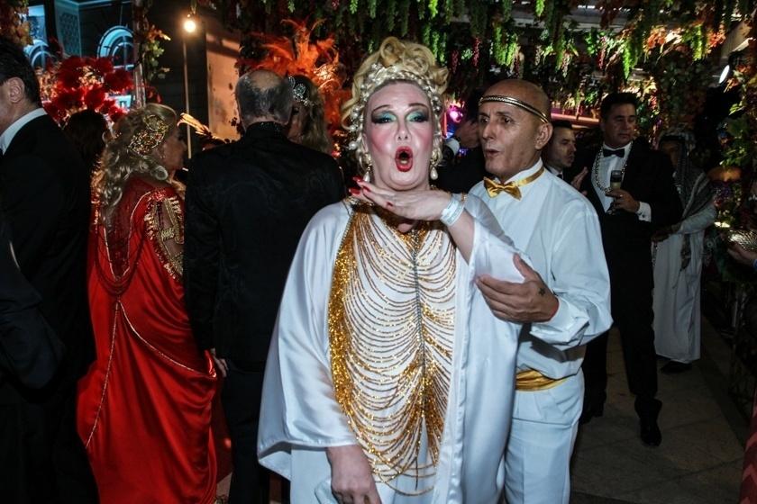 6.fev.2016 - Rogéria chega arrasando no Baile do Copa, que homenageia a Grécia Antiga
