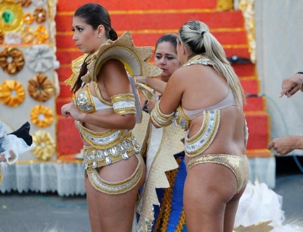 8.fev.2016 - Na concentração, integrantes da Vila Isabel se preparam para o desfile da escola, que é a primeira a entrar na avenida nesta segunda-feira